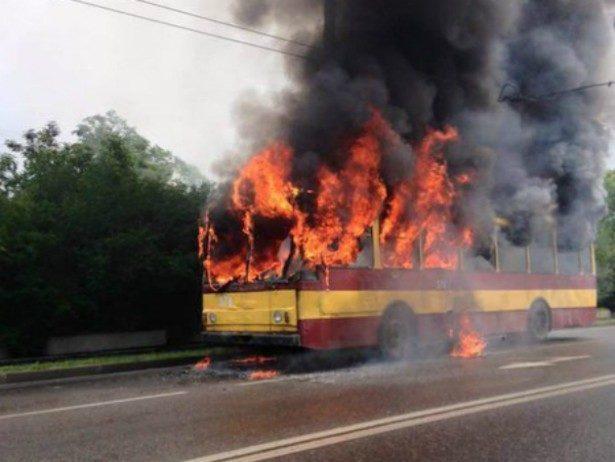У Львові прямо під час руху загорівся тролейбус (ФОТО)