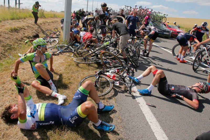 На третьому етапі «Тур де Франс» стався жахливий завал. Гонку довелося зупинити (ФОТО, ВІДЕО)
