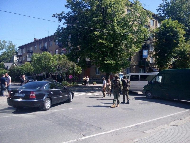 Рух транспорту перед адмінбудівлею у Івано-Франківську заблоковано (ФОТО)
