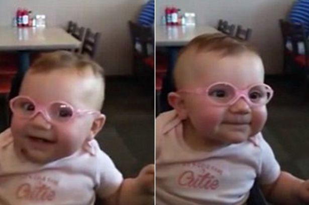 Маленька дівчинка із поганим зором вперше чітко побачила своїх батьків завдяки новим окулярам (ВІДЕО)