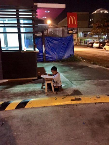 """Фото хлопчика, який робив уроки при світлі від """"Макдональдса"""", змінило його життя"""
