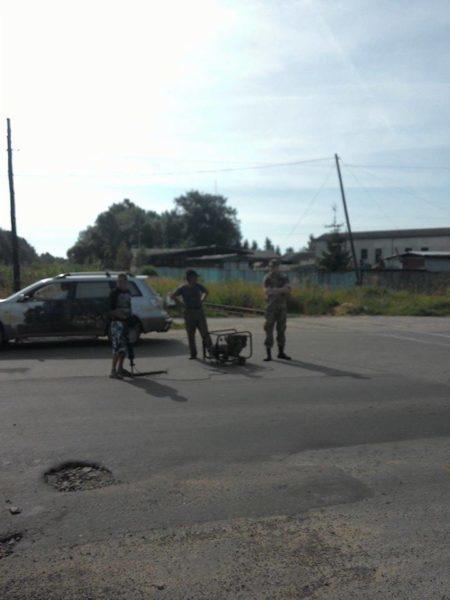 На Прикапатті працівникам автодору вручили повістки під час ремонту дороги (ФОТО)
