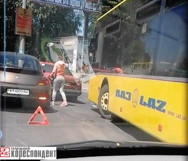 На вулиці Незалежності аварія за участю тролейбуса та двох легковиків (ФОТОФАКТ)
