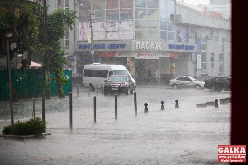 Негода на Прикарпатті пошкодила майже тисячу дахів, досі без світла ще 70 сіл