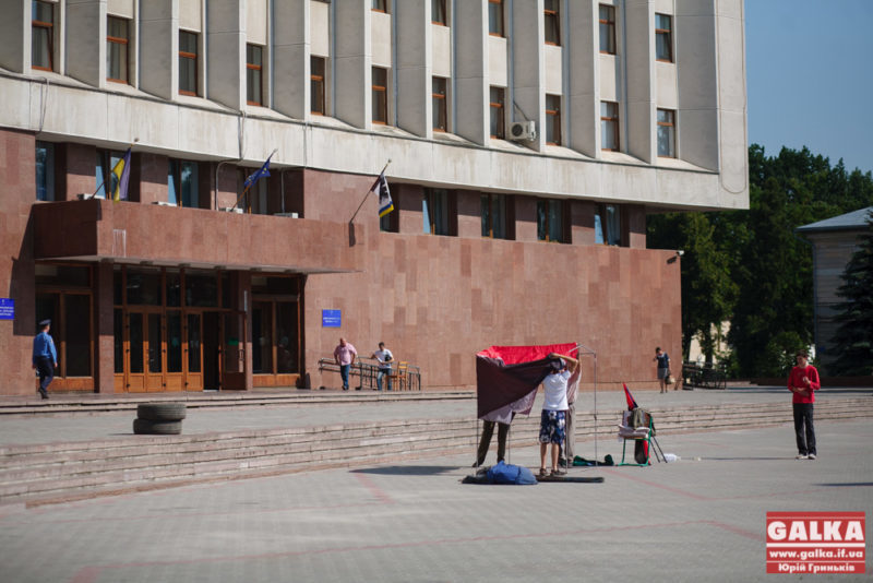 """На акцію протесту """"Правого сектору"""" під ОДА прийшли вісім осіб (ФОТО)"""