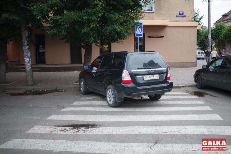 """""""Пусть обходят"""", – жінка припаркувала машину на зебрі (ФОТО)"""