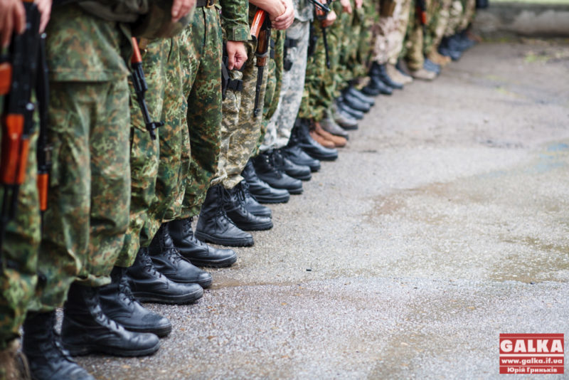 """Добровольцю з Прикарпаття, який рік воює в АТО прислали повістку. Батько бійця """"направляє повістку військовому комісару"""""""
