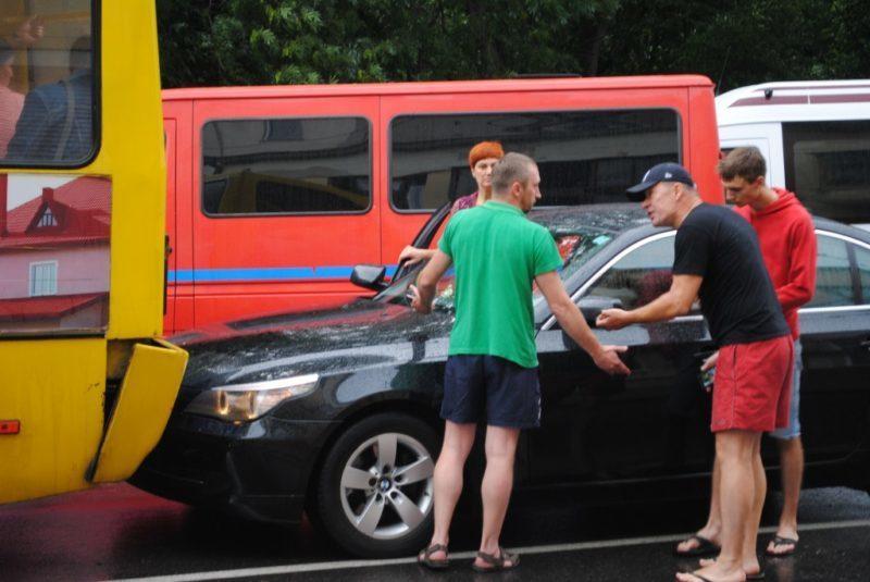 ДТП  в Франківську: автівка в'їхала в маршрутку (ФОТО)