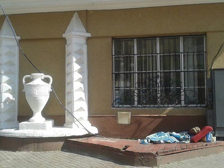 З подушкою та ковдрою: під стінами Ратуші оселився безхатько (ФОТОФАКТ)