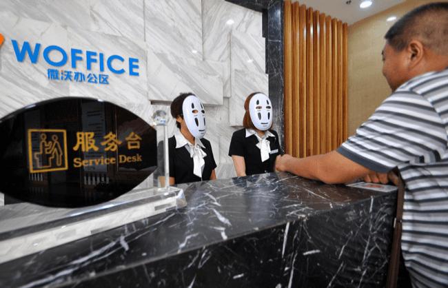День без обличчя: працівники китайської компанії ходять по офісу в масках, щоб відпочити від фальшивих емоцій (ФОТО)