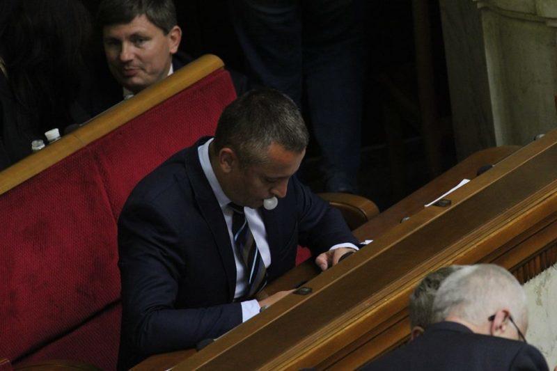 Фотографи опублікували цікаві світлини з Верховної Ради: депутати жують гумки та обідають у сесійній залі (ФОТО)
