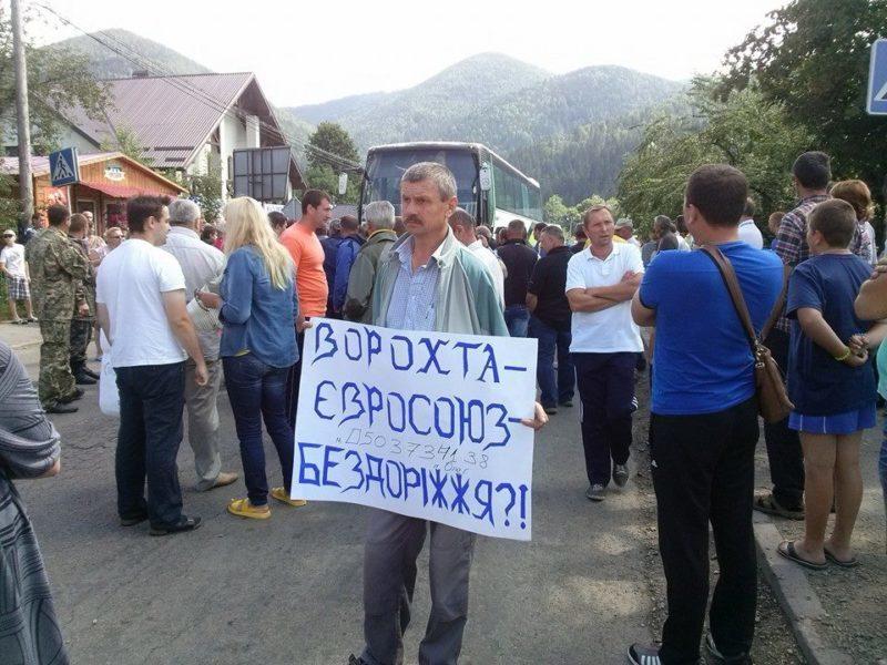 На Прикарпатті люди на годину перекрили автотрасу Р-24 Кременці-Кам'янець-Подільський (ФОТО)