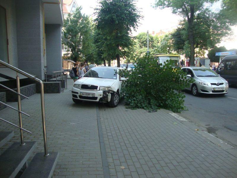 Поблизу Прикарпатського університету автівка протаранила дерево (ФОТО)