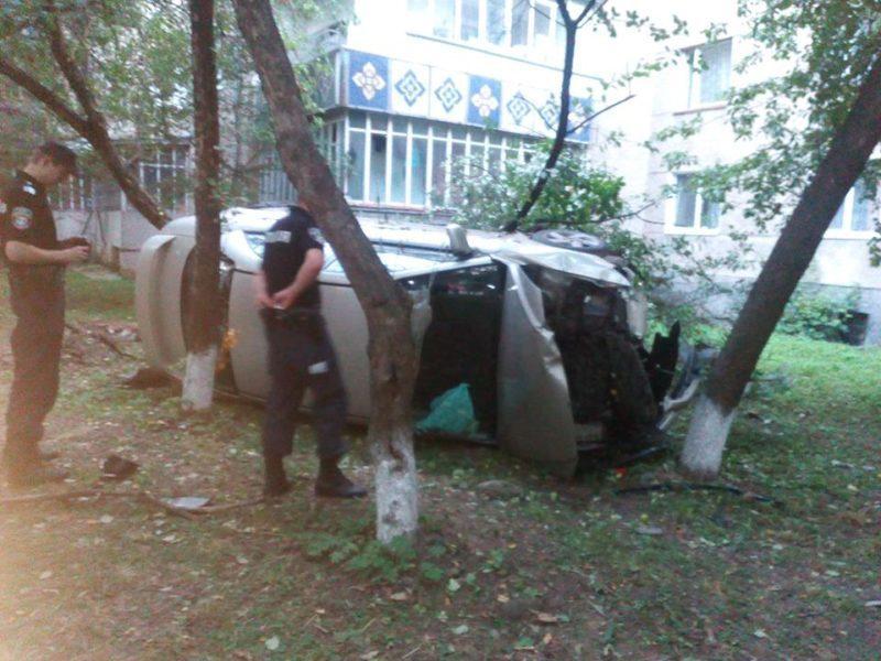"""Аварія на Целевича: жінка на """"Мазді"""" злетіла з дороги (ФОТО)"""