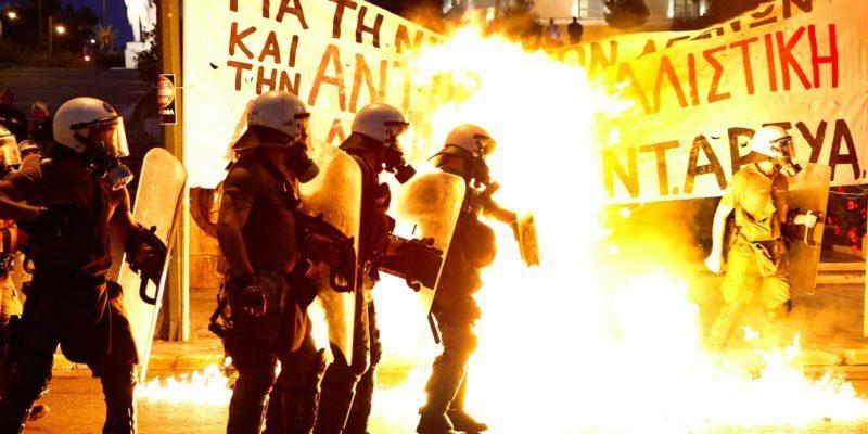"""У Греції почалися """"пекельні"""" сутички між поліцією та протестувальниками (ФОТО, ВІДЕО)"""