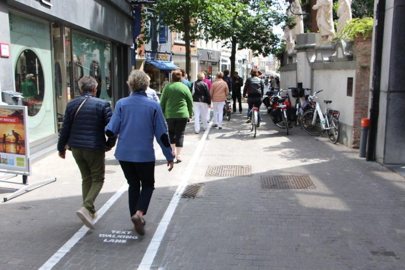 Залежні від мобільних телефонів отримали окремі смуги для ходьби в Бельгії (ФОТОФАКТ)