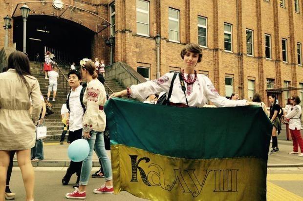 У Японії на марш вишиванок дівчина з Прикарпаття принесла прапор з Майдану (ФОТО)