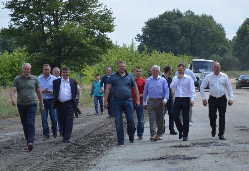 шевченко, матвієнко, дерев'янко на будівництві дороги  (фото blitz.if.ua)