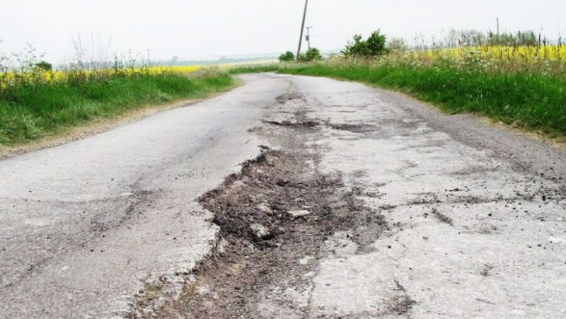 Через яму на дорозі травмувалася юна коломиянка (ВІДЕО)
