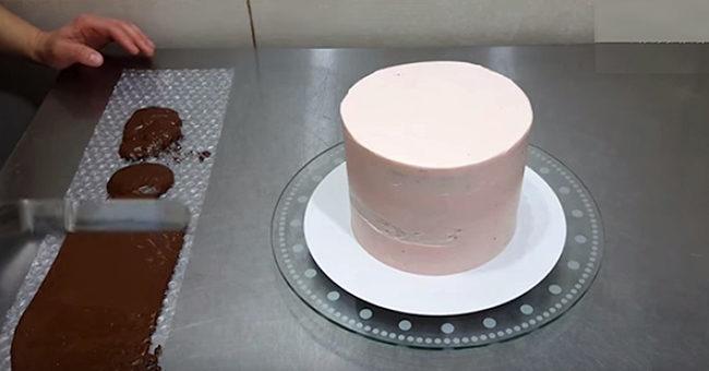 """""""Галка"""" рекомендує: як прикрасити торт за допомогою звичайної пухирчатої плівки (ВІДЕО)"""