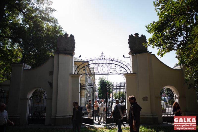 По інший бік воріт: вперше за 10 років франківців впустили на територію Палацу Потоцьких (ФОТОРЕПОРТАЖ)