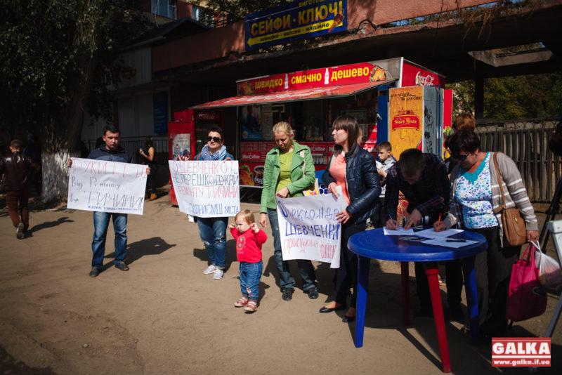 Шевченко – руки геть від Тичини: люди збирають підписи за відновлення ремонту найгіршої вулиці міста (ФОТО)