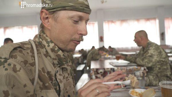 Солдат Щур – що їсть, де спить і за що отримав покарання у 50 віджимань новобранець Вінтонів (ВІДЕО)