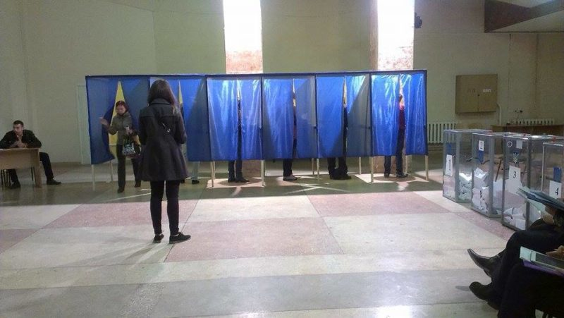 У Франківську голова ДВК розповіла, як жінка на візку не змогла проголосувати (ВІДЕО)