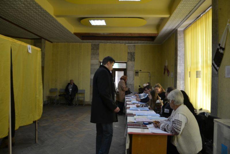 На виборчих дільницях Прикарпаття немає відомостей про кандидатів, – ОПОРА