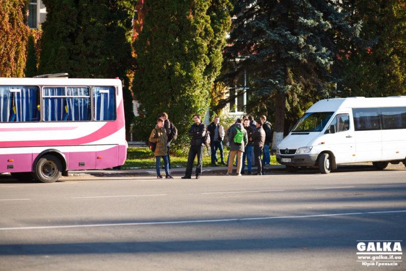 """У центрі міста """"Галка"""" виявила чотири автобуси зі студентами-спостерігачами (ФОТО, ВІДЕО)"""