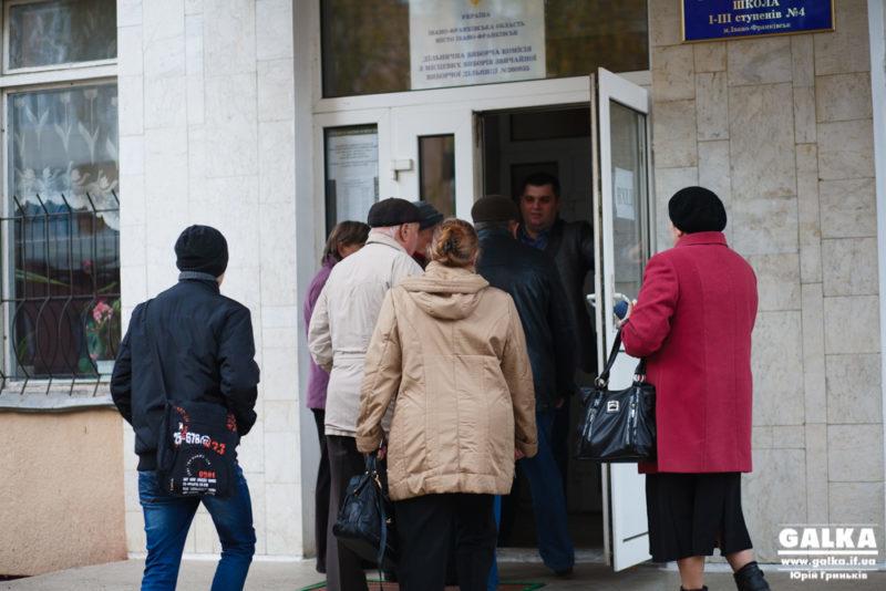 """В Калуші члени ДВК виправдовують відкриття дільниці з запізненням переходом на """"зимовий"""" час"""