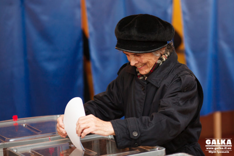 Франківські жайворонки: перші виборці на дільницях (ФОТОРЕПОРТАЖ)