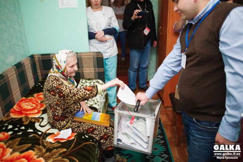 Як голосують у геріатричному пансіонаті (ФОТО, ВІДЕО)