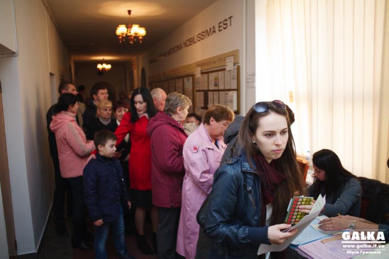 На одній з дільниць Франківська виборці скаржаться на тисняву, бо голосують у коридорі (ФОТО, ВІДЕО)