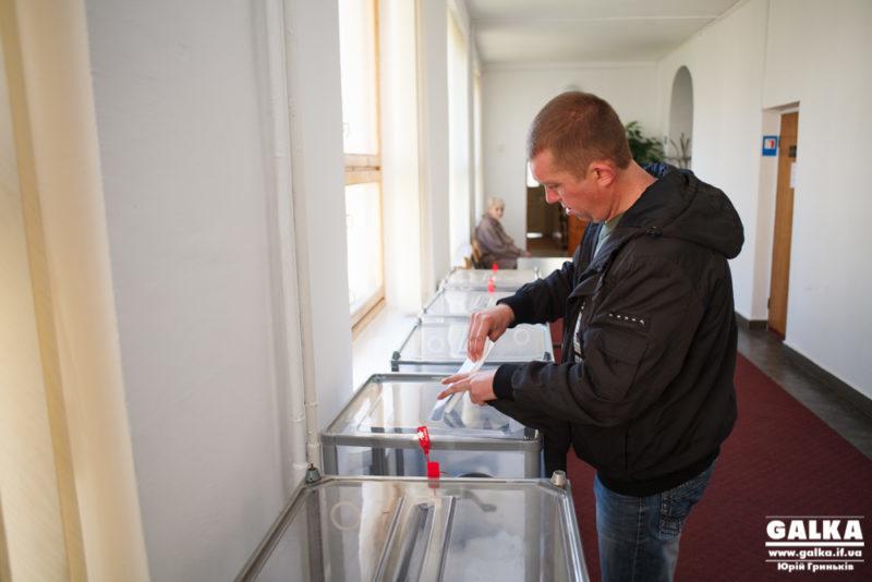 Станом на 18:00 явка виборців на Прикарпатті становить 45%