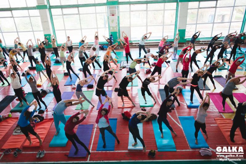 Двісті мешканців Франківська взяли участь у йога-марафоні (ФОТО)