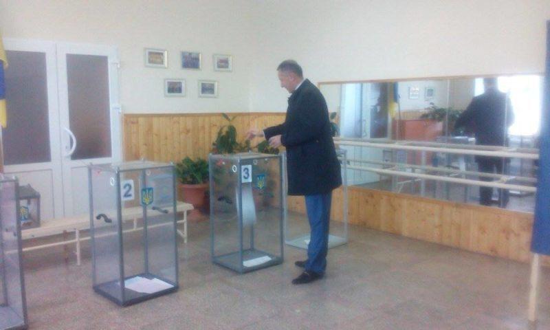 Франківські виборчі дільниці розпочали роботу (ФОТО, ВІДЕО)