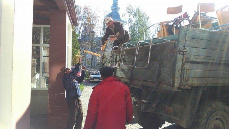 40 кілограм фарби, 16 крісел та 7 ліжок передала Церква Царя Христа міській лікарні (ФОТО+ВІДЕО)