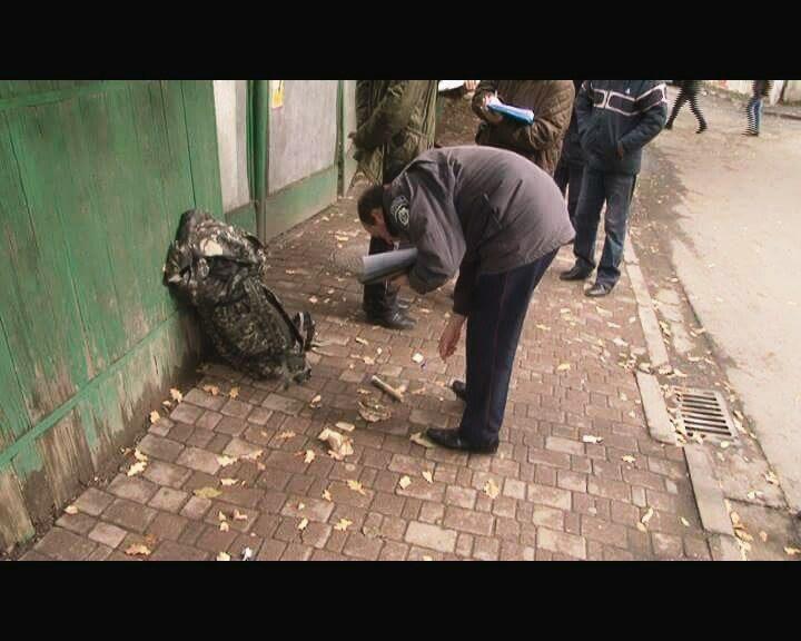 Під міською дитячою поліклінікою затримали чоловіка з гранатою та набоями (ФОТО)