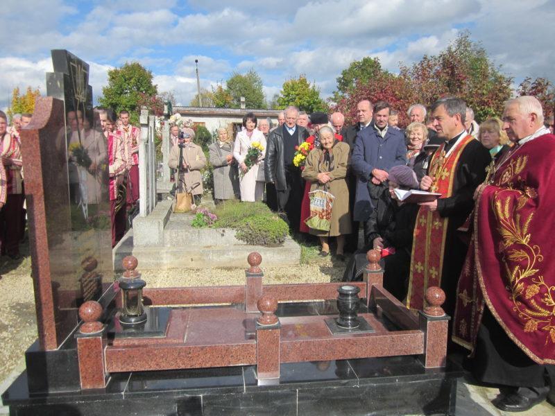На Прикарпатті освятили надмогильний пам'ятник оунівцю та політв'язню (ФОТО)