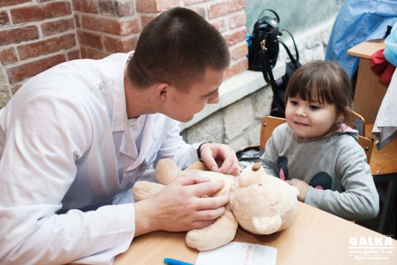 """Для маленьких іванофранківців провели пізнавальну акцію """"Лікарня для ведмежат"""" (ФОТО)"""