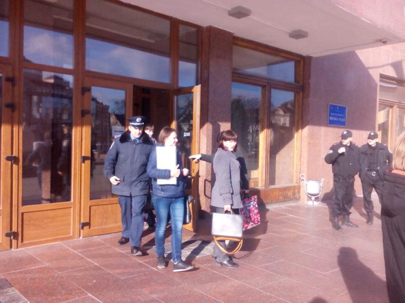 Дільниці отримують бюлетені для недільного голосування за нового мера Івано-Франківська (ФОТО)