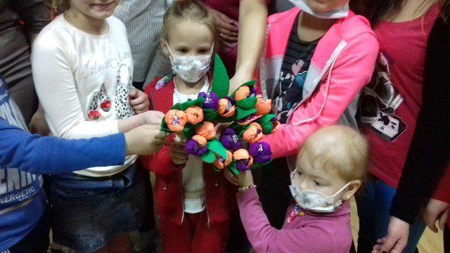 Благодійники вчили хворих на рак діток робити квіти (ФОТО)