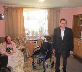 Трьом літнім прикарпатцям подарували інвалідні візки