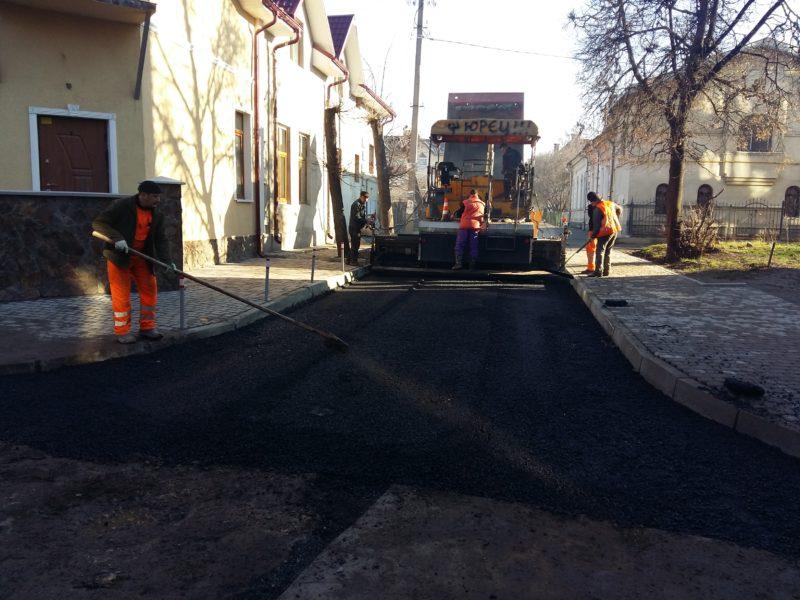 В Івано-Франківську заасфальтували ще одну розбиту вулицю поблизу вокзалу (ФОТО)