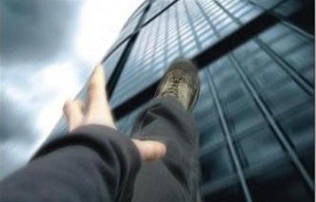 Вночі у Франківську чоловік хотів вистрибнути з вікна шостого поверху – його врятували