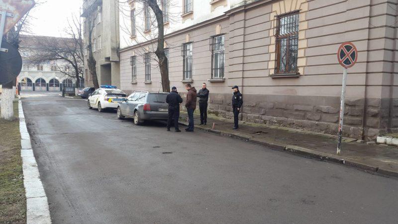 Патрульні поліцейські розібралися з авторагулем, який блокував шлях пожежникам (ФОТО)