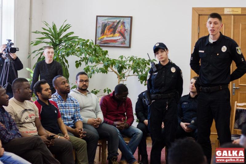 Поліція спілкується з іноземцями-9764