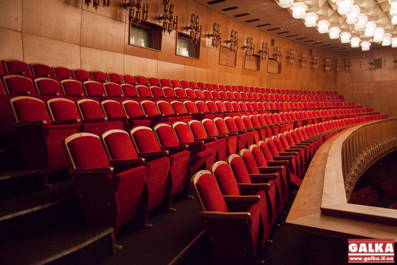 ФОТО. Пан Володимир показує нам стільці і балкон театру. Каже, теперішній вигляд не порівняти з тим, як виглядало до ремонту.