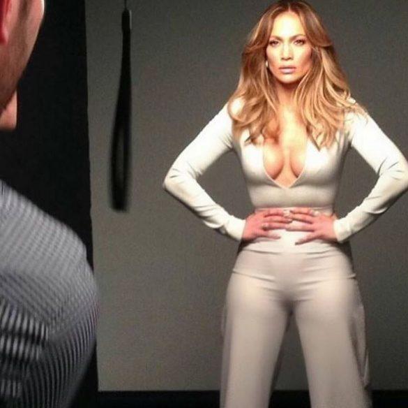 Лопес знялася у новій фотосесії без нижньої білизни (ФОТО)